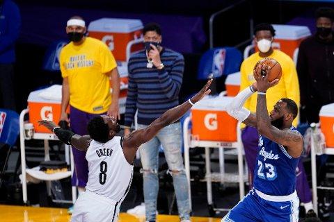 LeBron James sikret 32 poeng for Los Angeles Lakers, for anledningen i blått, natt til fredag. Foto: Marcio Jose Sanchez / AP / NTB