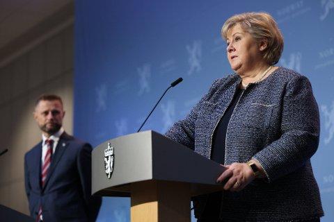 Statsminister Erna Solberg og helseminister Bent Høie avbildet under en av mange korona-pressekonferanser som er blitt avholdt det siste året.