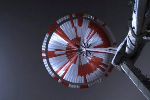 Denne fallskjermen inneholder en skjult beskjed i binær kode. (NASA/JPL-Caltech via AP)