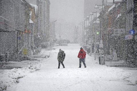 KORONA-STILLE: Nesten ikke et menneske å se i gåtata Storgata i Tromsø en dag i fjor vinter.