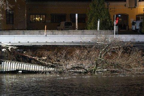 JORDRAS I HALDEN: Det har sent torsdag kveld gått et jordras ved havnepromenaden i Halden. 50-70 meter av promenaden skal ha sklidd ut i elva. Foto: Fredrik Hagen / NTB