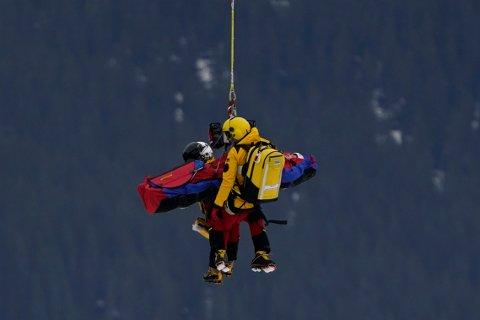 Den tyske alpinisten Jacob Schramm hentes med helikopter etter sitt stygge fall under utfortreningen i Saalbach-Hinterglemm torsdag. Foto: Giovanni Auletta, AP / NTB