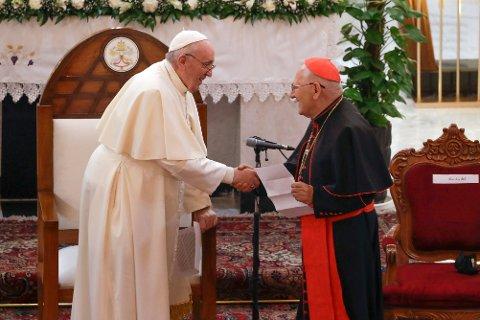 Pave Frans blir ønsket velkommen av kardinal Luis Saki i katedralen i Bagdad. Foto: Andrew Medichini / AP / NTB