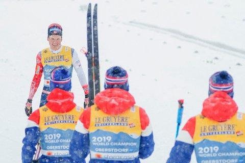 VM på ski 2021 i Oberstdorf Oberstdorf, Tyskland 20210305. Johannes Høsflot Klæbo jubler sammen med Pål Golberg, Emil Iversen og Hans Christer Holund under langrenn 4x10 km stafett for menn under VM på ski i Oberstdorf, Tyskland. Foto: Terje Pedersen / NTB