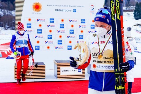 DÅRLIG STEMNING? Aleksandr Bolsjunov og Emil Iversen på medaljeseremonien etter femmila i VM i Oberstdorf.
