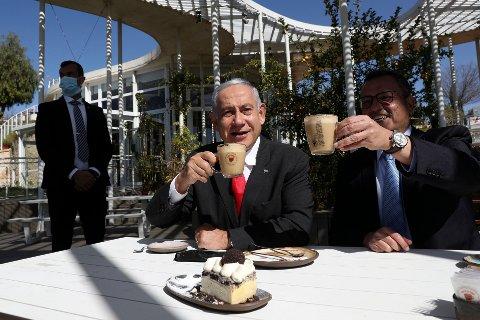 Statsminister Benjamin Netanyahu og borgermester i Jerusalem Moshe Lion markerer en delvis gjenåpning av samfunnet med kaffe og kake på en gjenåpnet kafe.