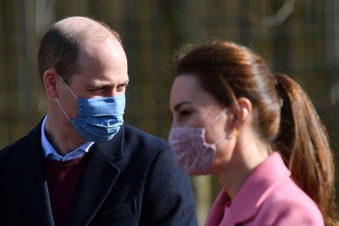 Prins William og Kate ankommer School21 øst i London torsdag. Foto: Justin Tallis / Pool via AP / NTB