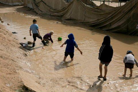 Ifølge danske medier skal den danske regjeringen ha fått en etterretningsorientering om at 350 utenlandske barn i leirene Al-Hol og Al-Roj i Syria står i fare for å bli kidnappet og radikalisert av IS. Arkivbildet viser barn som leker i Al-Hol-leiren.