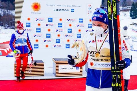 IVERSEN VANT: Aleksandr Bolsjunov og Emil Iversen på medaljeseremonien etter 50-kilometeren i VM.