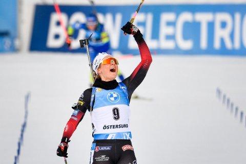 GLEDESBRØL: Ingrid Landmark Tandrevold kunne endelig juble for sin første triumf i verdenscupen. 12,5 km fellestart i vindfulle Östersund endte nemlig med henne på toppen av pallen.