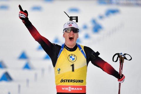 Norges Johannes Thingnes Bø kunne juble for sin tredje strake seier i verdenscupen totalt. Foto: Anders Wiklund/TT / NTB
