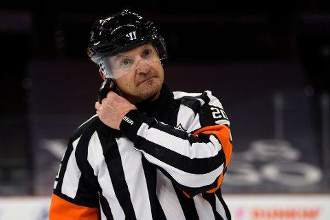 Ishockeydommeren Tim Peel går ikke dømme mer i NHL etter tirsdagens uttalelser. Foto: Derik Hamilton / AP / NTB