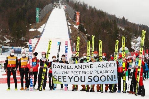 Hoppkonkurrentene er preget av Daniel-André Tandes stygge fall og sendte ham lykkønskninger etter verdenscupavslutningen i Planica. Foto: AP / NTB