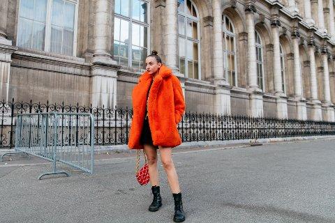 Et godt eksempel på Street style. Her under moteuken i Paris kan vi se Carla Ginola i 2019 før pandemien i det hele tatt eksisterte.
