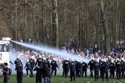 MAKT: Det belgiske politiet måtte ty til blant annet vannkanoner i parken Bois de la Cambre.