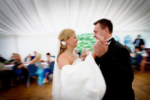 De aller fleste vil ha hele pakka: Slekt og venner tilstede under seremonien og feiringen. Da får bryllupet heller vente ett år eller to, ser det ut til, så kan vi tenke på noe annet enn meter'n. Illustrasjonsfoto: Stian Lysberg Solum / NTB