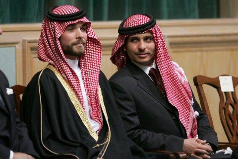 Prins Hamzah bin al-Hussein sammen med lillebroren Hashem i parlamentet i Amman i 2006. To år tidligere tok deres eldre halvbror, kong Abdullah, kronprinstittelen fra Hamzah og utnevnte sin egen sønn Hussein til tronarving. Arkivfoto: Mohammad abu Ghosh / AP / NTB