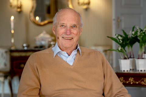 I slutten av mars sendte kong Harald en påskehilsen til det norske folk fra Bygdøy kongsgård. Nå er han friskmeldt etter en kneoperasjon i slutten av januar. Foto: Simen Løvberg Sund, Det kongelige hoff / NTB