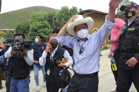 Presidentkandidat Pedro Castillo følges av fotografer etter å ha avlagt sin stemme i Cajamarca søndag. Foto: Andina / AP / NTB