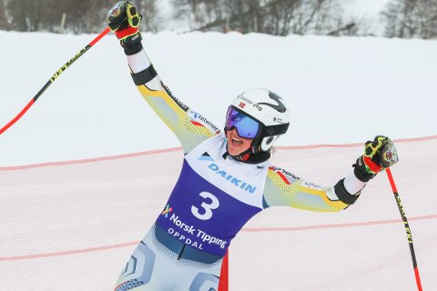 Thea Louise Stjernesund jubler etter å ha tatt sitt første NM-gull med seier i storslalåm på Oppdal torsdag. Foto: Oppdal Alpin/Norges Skiforbund / NTB