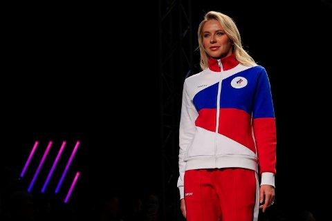 RUSSISKE FARGER: En russisk modell viser frem deler av kleskolleksjonen som er laget for den russiske OL-troppen.