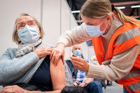 STORE FORSKJELLER: I bydel Bjerke er det i full gang med å vaksinere 45-åringer. Dette bildet er fra vaksineringen i Bærum.