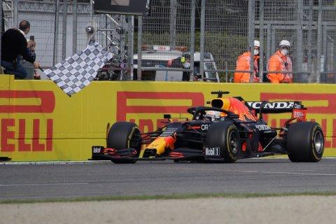 Max Verstappen krysser mål som vinner av Emilia Romagnas Grand Prix. Foto: Luca Bruno, AP / NTB