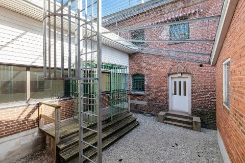MED SNEKKERVERKSTED: Eiendommen, som tidligere huset Arendal fengsel, er på totalt 6840 kvadratmeter med en bygningsmasse på 3527 kvadratmeter. Selve fengselsbygget har luftegård og snekkerverksted.