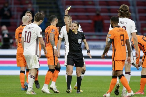 Stéphanie Frappart dømte VM-kvalifiseringskampen mellom Nederland og Latvia i mars. Foto: Peter Dejong / AP / NTB