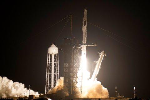 Vellykkket oppskyting av SpaceX-raketten fredag. Mannskapet skal til den internasjonale romstasjonen. Foto: AP / NTB