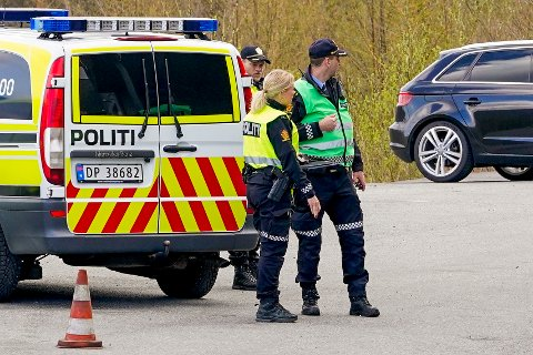 Politiet på stedet der en tre år gammel gutt omkom i en trafikkulykke torsdag ettermiddag. Foto: Jan Kåre Ness / NTB