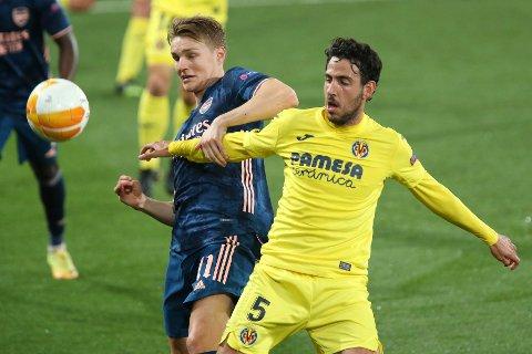 Arsenals Martin Ødegaard i kamp med Dani Parejo i europaligamøtet mot spanske Villarreal. Foto: Alberto Saiz / AP / NTB