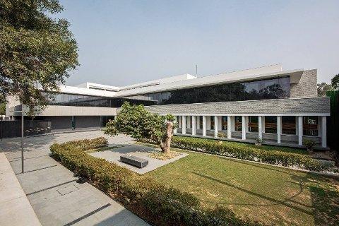 Det norske ambassadekomplekset i New Delhi er på 16 mål, og består av både kontorlokaler, ambassaderesidensen og tilhørende leiligheter til de norske utsendte. Ambassaden har 48 ansatte.