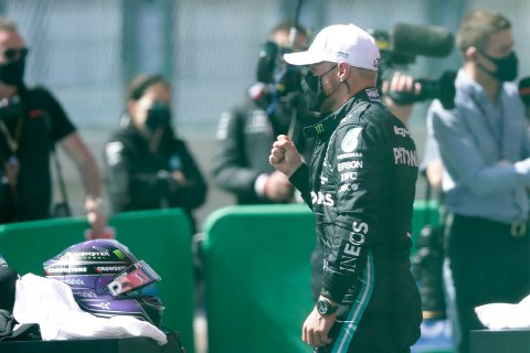 Valtteri Bottas kunne juble for beste kvalifiseringstid foran Portugals Grand Prix i Formel 1, sju tusendels sekund foran Mercedes-lagkamerat Lewis Hamilton. Foto: Manu Fernandez, AP / NTB
