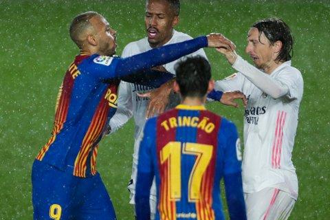 Barcelona og Real Madrid blir foreløpig ikke tatt opp igjen i det gode selskap av Det europeiske fotballforbundet. Foto: Manu Fernandez / AP / NTB.