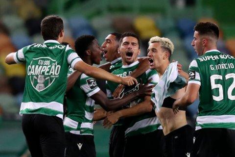 Sporting Lisboa-spillerne feirer etter å ha sikret seriegullet i portugisisk fotball. Det var klubbens første serietittel på 19 år. Foto: Pedro Rocha, AP / NTB