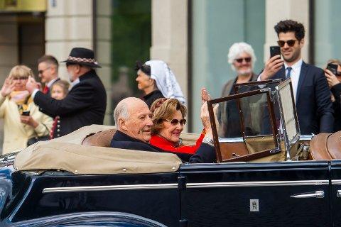 Kong Harald og dronning Sonja vakte oppsikt da de dro ut på kjøretur i Oslos gater på 17. mai i fjor. I år gjør de det samme.