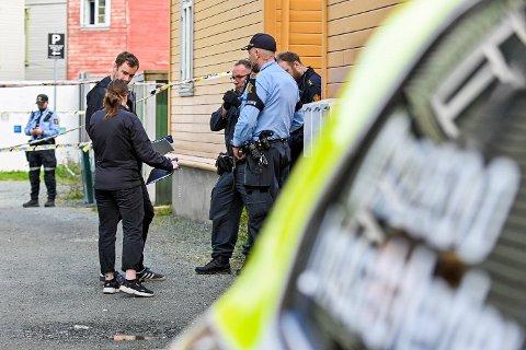 Politiet gjør undersøkelser etter at en mann ble funnet død i en leilighet i på Lademoen i Trondheim Lørdag morgen. En mann er pågrepet på stedet. Foto: Joakim Halvorsen / NTB