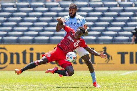 New York City-forsvarer Sebastien Ibeaha i duell med Toronto-spiller Richie Laryea (foran) under lørdagens MLS-kamp. Foto: Eduardo Munoz, AP / NTB