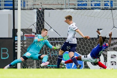 0-1: Her setter Snorre Strand Nilsen inn 1-0 for Kristiansund mot Vålerenga rett før pause.