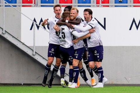 Kristiansunds Dan Peter Ulvestad ble omfavnet av lagkamerater etter 2-0-målet. Foto: Torstein Bøe / NTB