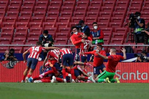 Atletico Madrid-spillerne jubler etter et mål i La Liga. Foto: Manu Fernandez, AP /NTB