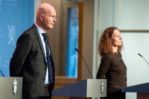 MENER TIDEN ER INNE: Helsedirektør Bjørn Guldvog og Camilla Stoltenberg i Folkehelseinstituttet på regjeringens pressekonferanse om kornavirus-situasjonen.