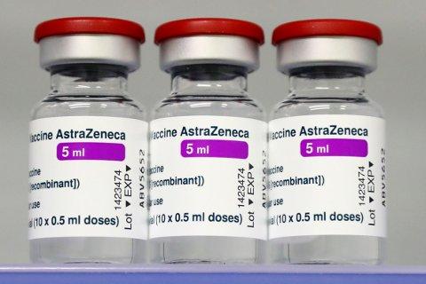 En hundrelapp per dose per dag blir fort til et stort beløp når titalls millioner doser leveres for sent. Illustrasjonsfoto: Matthias Schrader / AP / NTB
