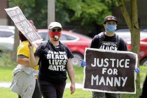 Black Lives Matter-demonstranter protesterer mot politivold i Tacoma etter at Manuel Ellis ble drept av politiet. Foto: Ted S. Warren / AP / NTB