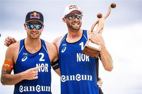 Anders Mol og Christian Sørum vant to turneringsseirer i sandvolleyball i Cancún i april. Fredag ble det to tap og exit i verdensserieturneringen i Sotsji. Foto: Alejandro Gutiérrez Mora / FIVB / NTB