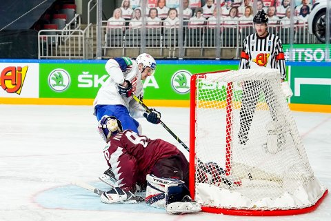 Michael Haga setter inn den avgjørende straffen som ga Norge 4-3-seier over Latvia i ishockey-VM. Foto: Fredrik Hagen, Norges Ishockeyforbund / NTB
