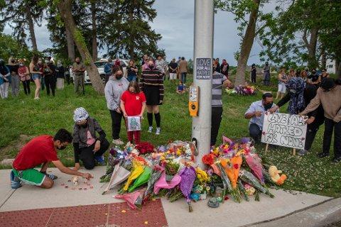 Mange har lagt ned blomster på stedet der familien på fem ble påkjørt i London i Ontario i Canada. Foto: Brett Gundlock/The Canadian Press via AP / NTB
