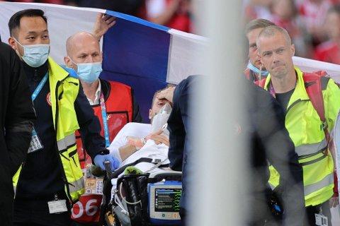 VÅKEN: Her ser man at Christian Eriksen er våken etter den forferdelige hendelsen i Parken.