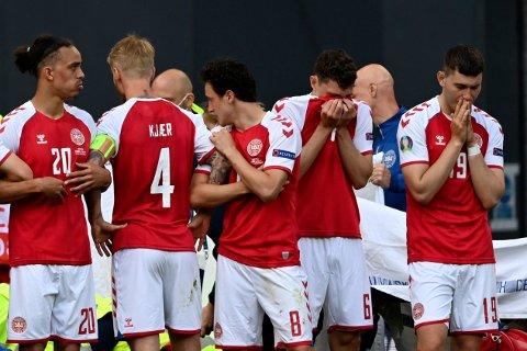 STØTTET OPP: Danmark-spillerne slo ring rundt lagkameraten Christian Eriksen da han fikk hjertestans på banen i kampen mot Finland lørdag.